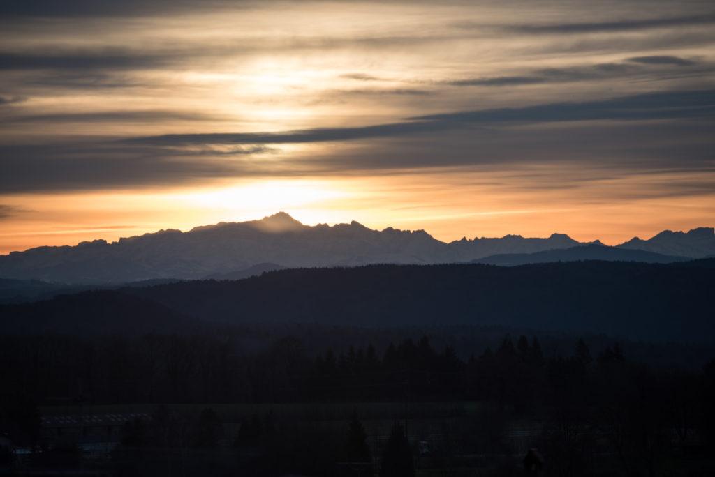 Heute früh stand der Säntis gross und prächtig vor dem goldenen Morgenhimmel.Welch kraftvolles Monument der Zeit, das mich oft begleitet aus der Ferne auf meinen Wegen durch die Schweiz und den Hegau.