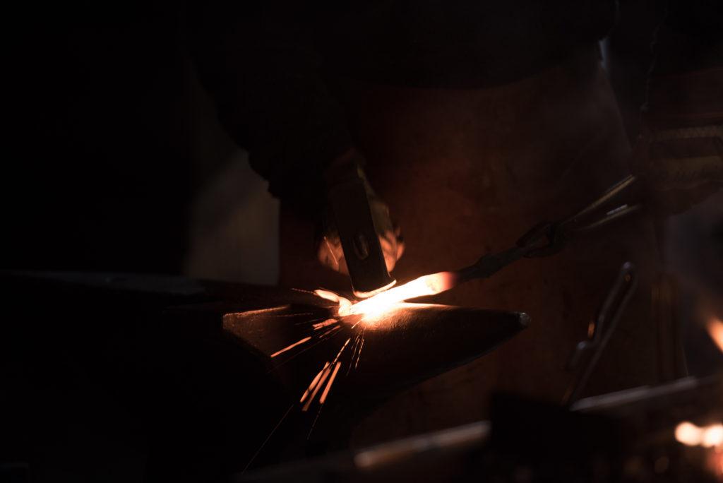 Weiss glühend die Funken sprühend, schlägt der Hammer das Eisen in Form, in diesem kraftvollen, energiegeladenen Akt.Eine neue Form, ein neues Werk entsteht auf diesem kalten, schweren Amboss mitten in dieser weihnächtlichen Nacht.